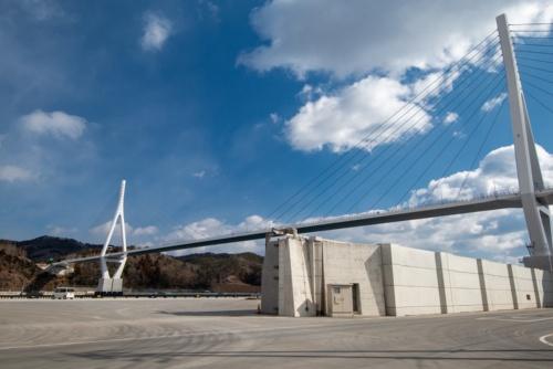 気仙沼湾横断橋を見上げる。公募によって決まった愛称は「かなえおおはし」だ。2021年2月11日撮影(写真:村上 昭浩)