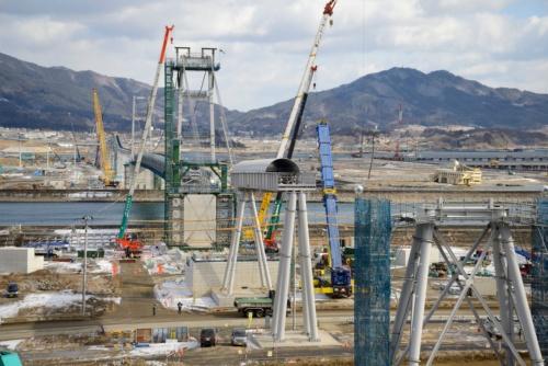 掘削した土砂を運ぶために造られた吊り橋。2014年2月撮影(写真:村上 昭浩)