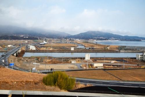 現在の今泉地区からの景色。希望のかけ橋は解体され、2つの橋脚だけが残った(写真中央)。2021年2月10日撮影(写真:村上 昭浩)
