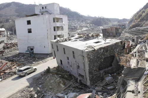 東日本大震災の津波が襲った宮城県女川町の市街地。鉄筋コンクリート造、4階建てのビルが倒壊した。2011年4月撮影(写真:日経アーキテクチュア)