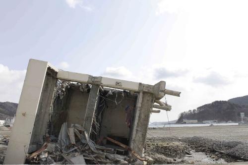 2012年撮影。震災から約1年が経過し、周辺の片付けが進んだ。13年11月には旧女川交番を保存し、女川サプリメントと江島共済会館を解体する方針が決まった(写真:日経アーキテクチュア)