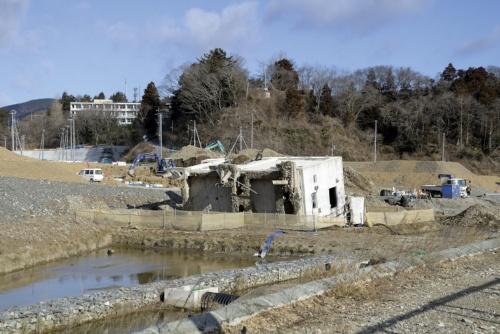 2015年撮影。町内では復興に向けてかさ上げが進んでいる。宮城県震災遺構有識者会議は15年1月にまとめた報告書で旧女川交番について、「鉄筋コンクリート造の建物が津波で横倒しになった事例として、希少性が高い」と評価した(写真:村上 昭浩)