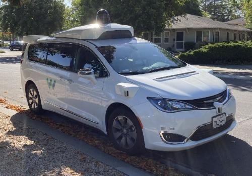 米カリフォルニア州パロアルトで停車中のWaymoの車両