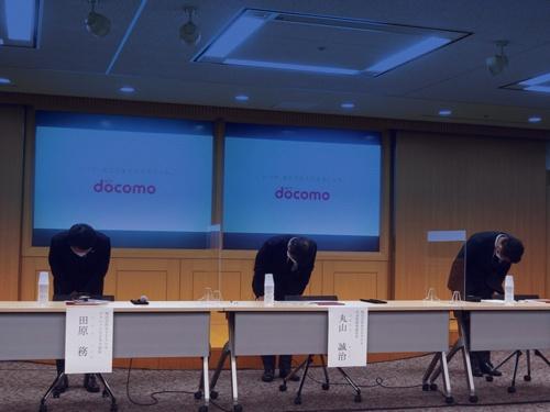 NTTドコモの丸山誠治副社長(中央)らは2020年9月10日に「ドコモ口座」への不正チャージ問題に関する会見を開き謝罪した