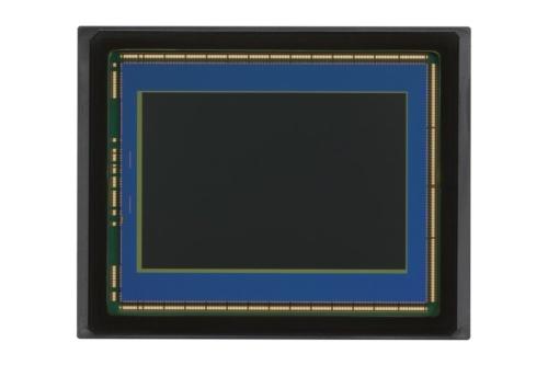 キヤノンが2020年7月に発表した一眼レフ「EOS R5」に搭載しているフルサイズのCMOSセンサー。画面サイズは約36×24mm。同社のAPS-Cセンサー(画面サイズは約22.3×14.9mm)と比較すると、縦横ともに約1.6倍大きい(出所:キヤノン)