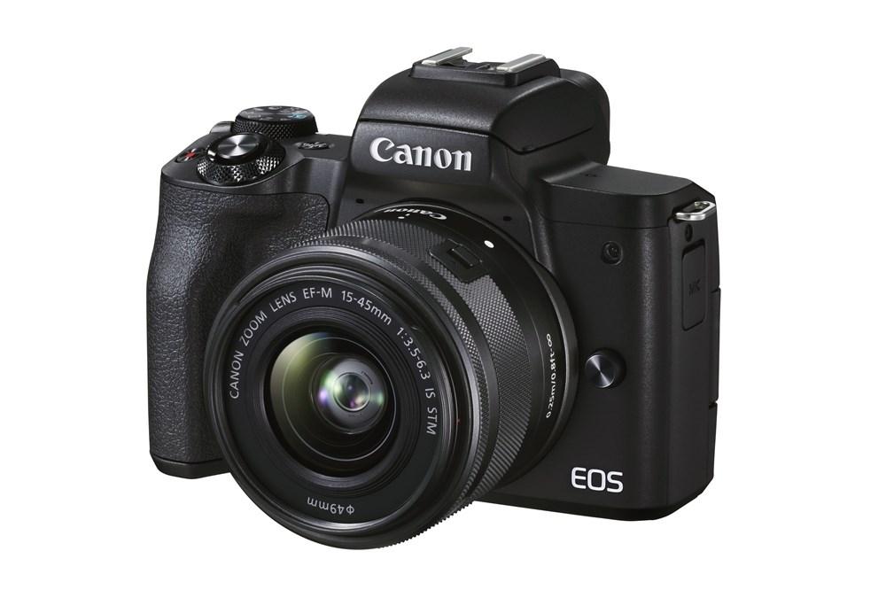 キヤノンが2020年10月に発表したエントリーユーザー向けのミラーレス一眼カメラ「EOS Kiss M2」。APS-Cサイズで有効画素数が約2410万画素のセンサーを搭載している(出所:キヤノン)