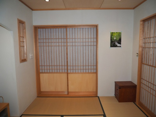 3Dモデルを作成する対象として選んだ和室。この部屋の壁は左官仕上げで模様などの特徴が少ないため、A3サイズのポスターを貼ったり、右隅に小さな棚を置いたりした(撮影:日経クロステック)