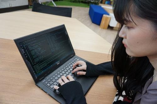 暗号研究に携わるNECのセキュアシステム研究所の井上明子氏。攻撃者による改ざんのシミュレーションは、実際に自分で手を動かしてC言語を使ってプログラミングしている