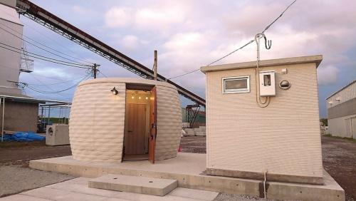 會澤高圧コンクリートが「印刷」した2基のトイレ。左はインド向けのプロトタイプ。右は国内用(写真:會澤高圧コンクリート)