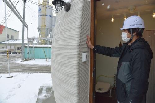 インド向けプロトタイプのトイレは鉄筋コンクリート造。室内は垂直に立っており、この壁に沿って配筋している(写真:日経クロステック)