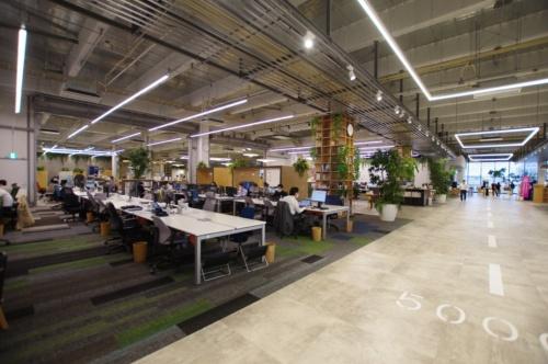 東京・大田に移転した梓設計本社。実証実験の場としてAIやIoTを導入し、オフィス環境の向上を図っている(写真:日経クロステック)
