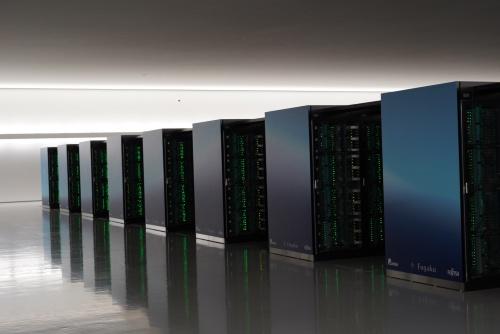富岳の筐体(きょうたい)。総ラック数は432ラック、1ラックあたり8台または4台のシェルフを搭載する。内蔵するCPUは富士通が開発した「A64FX」。英Arm(アーム)の命令セットアーキテクチャーを使い、1CPUあたり32ギビバイト(GiB)のメモリーを搭載する