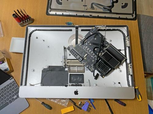 「iMac Retina 5K」(2017年モデル)を延命するために、2020年末に128GB SSDと3TB HDDで構成される「Fusion Drive」を、それぞれ1TB SSD、2TB SSDに換装する改造を施した。ちなみにiMacを自分で分解すると正規のサポートは受けられなくなる点に注意