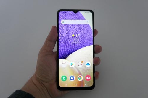 韓国サムスン電子の「Galaxy A32 5G」。6.5インチの大画面ディスプレーを搭載するが解像度は低め。だが、日常的な用途での視認性には支障はない