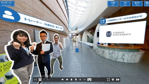 本社ビル1階を再現した「トッパンエントランス」で新入社員を迎え入れる先輩社員の様子