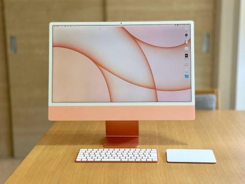 24インチiMacのオレンジ色を入手。「4.5K」と呼ばれる高解像度の大型ディスプレー搭載だが、ディスプレー部分は背面が完全フラット。薄型で重さが4.48kg(下位モデルは4.46kg)なので家の中で設置場所を変更するのも楽