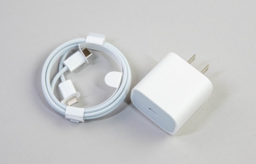 USB Type-Cケーブルや20Wの充電器などが付属する