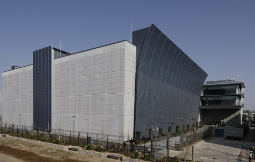 NTTデータの三鷹データセンターEAST外観写真