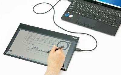 図24 筆圧レベル4096段階のペンが付属しており、快適なペン入力が可能。スタンドは折り畳めるので、手元で書類にサインすることもできる