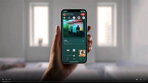 FaceTime通話中にApple Musicの音楽を共有し、相手と同じ音楽を同期した状態で聴くことができる。通話相手の顔はピクチャー・イン・ピクチャーで小さく表示される。画像はWWDC基調講演の配信画面をキャプチャーしたもの