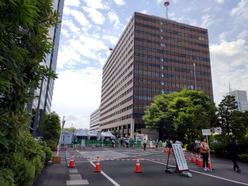 東京・千代田にある大手町合同庁舎3号館。自衛隊が運営する大規模接種の東京会場になっている