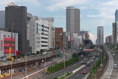 大阪府箕面市船場西1丁目付近から千里中央駅方面(南側)を見る。中央を走るのは大阪市内と府北部をつなぐ大動脈の新御堂筋(国道423号線)。その東側(写真の左側)で北大阪急行線延伸工事が進行中だ(写真:生田将人)