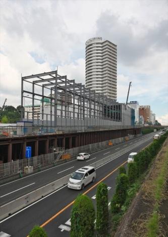 新設する箕面船場阪大前駅付近ではセグメントヤードが建設中だ。セグメントヤードには、工事で使用する資材や、それらを地下に投入する天井クレーンなどが置かれる(写真:生田将人)