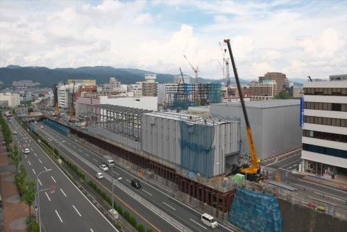 箕面船場阪大前駅の東隣(写真中央やや右)では、大阪大学外国語学部の新校舎と市民ホール、図書館などが一体となった複合公共施設の建設も始まっている。また新御堂筋の上には、道路西側(写真の左側)からでも駅にアクセスしやすいように歩行者デッキが設置される予定だ(写真:生田将人)