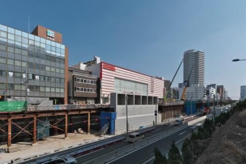 北急の延伸部分は当初、大阪大学外国語学部の箕面キャンパスへの移転より前の2020年度に開業を目指していたが、23年度に延期となり現在も工事が続いている。写真中央に建つのは換気塔(写真:生田 将人)