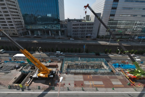 新駅・箕面船場阪大前駅の直上で行われている工事の様子。クレーンを使って資材を搬入している(写真:生田 将人)