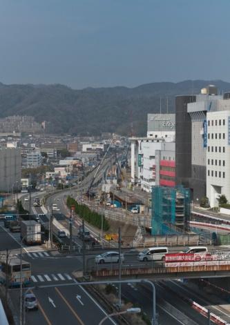 北側に向かって続く北急の延伸工事。写真奥には北急の高架部分となる橋脚が並んでいる(写真:生田 将人)