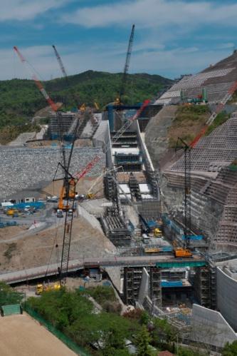 工事が進む安威川ダム。2022年の完成を目指して工事が佳境に入っている(写真:生田 将人)