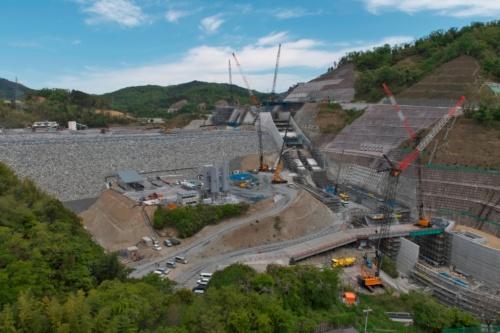 下流側から見た安威川ダム建設工事の全景。ダムの形が分かるようになった(写真:生田 将人)
