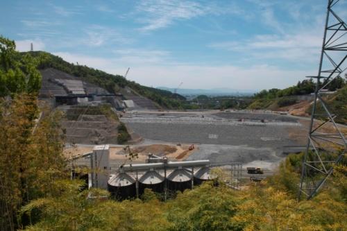上流側から眺めた工事の様子。手前にはコンクリートプラントが見える(写真:生田 将人)