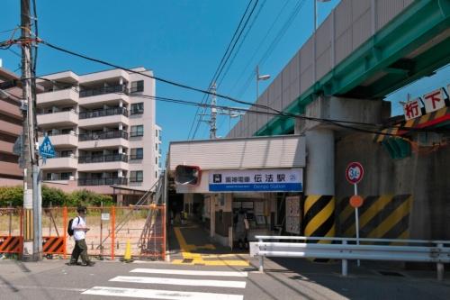 伝法駅改札口。別線方式で施工される淀川左岸側では土地の取得が進められている(写真:生田 将人)