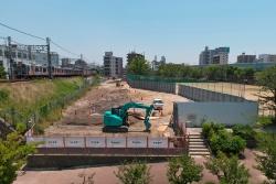 伝法駅の南隣ではマンションやグラウンドの一部だった土地の整地が行われている。新しいホームは福駅側に向かって上り勾配になる予定(写真:生田 将人)