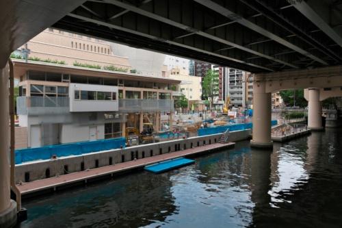 真上に阪神高速道路が走る東横堀川沿いにできる水辺とまちと人をつなぐ施設「β本町橋」(写真:生田 将人)