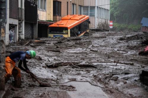 大量の土砂が市街地に流れ込み、住宅や車を巻き込んだ。2021年7月3日撮影(写真:AFP/アフロ)