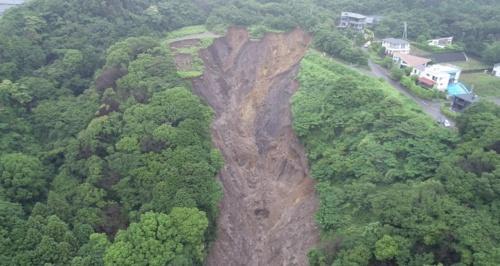 土砂が崩れ地肌をさらしている。2021年7月4日撮影(写真:静岡県)