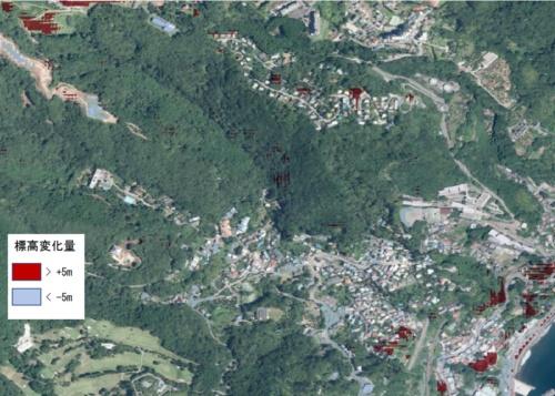 基盤地図情報数値標高モデル(10m)と2019年の航空レーザー測量データの標高差分データから地形が変化した可能性のある箇所(±5m以上)を抽出した(資料:国土交通省、写真:地理院地図)