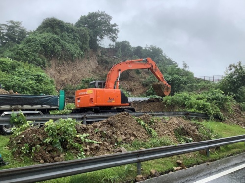 復旧作業の様子(写真:東日本高速道路会社)