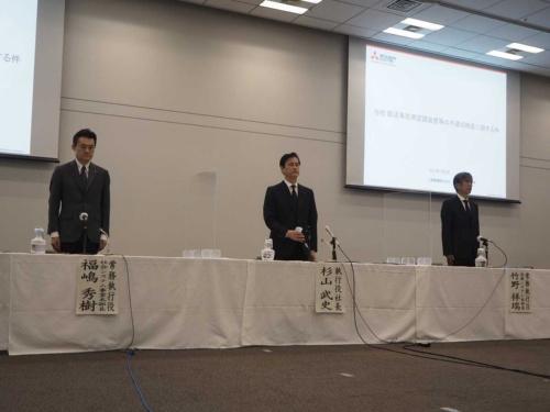 記者発表に臨む三菱電機の経営陣