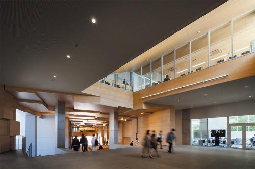 約12mの高低差を結ぶ大階段広場を上がり切った6号館地下1階の吹き抜け部分。写真左奥が山手通り方面(写真:吉田誠)