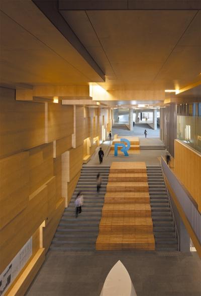 13号館4階から見下ろした大階段広場。街の様相がキャンパス内に引き込まれ、文字通り都市に開かれた場所となっている(写真:吉田誠)