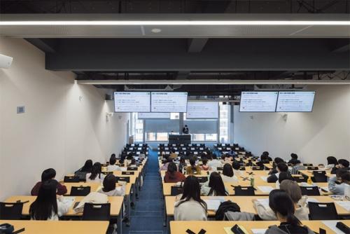 山手通り側の階段教室(写真:吉田誠)
