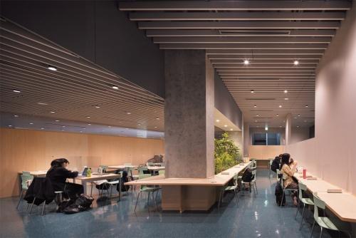 13号館2階の食堂。6号館の同レベル(地下2階)にも食堂が連続する(写真:吉田誠)