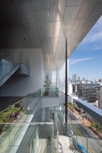 13号館上層階(先端研究ゾーン)の屋外テラス。眼下に山手通りを望める(写真:吉田誠)