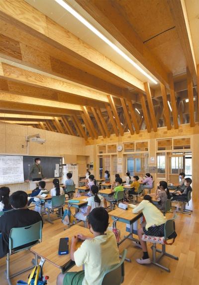 3階教室。教室では、⾃然通風による窓開け換気を基本としている。さらに、トップライトと勾配屋根を組み合わせた集熱屋根による換気システムを併用している(写真:安川千秋)