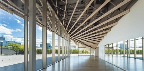 1階東側のホワイエ部分。正面(南側)にメインのエントランスがある。宇陀市から寄付された奈良県産スギ材圧密フローリング「つよスギ」を床に使用している(写真:川澄・小林研二写真事務所)