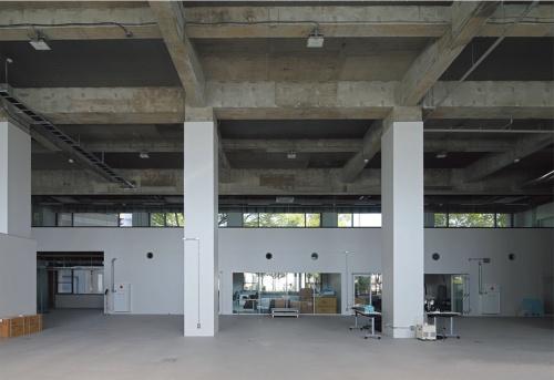 1階西ウイングの工房(モデルショップ)。工房は、木工、金属、クレイの各素材別加工エリアと塗装エリアの4つで構成。創作活動の様子は、公園側の開口部越しに間近に見ることができる(写真:安川千秋)